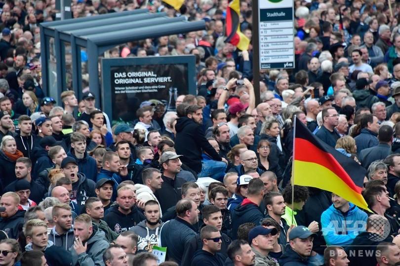 独ケムニッツで極右と左派がデモ、1万1000人参加 乱闘で18人負傷