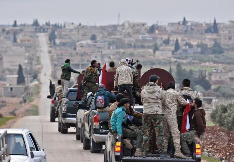 シリア政権側部隊、クルド地域に進軍 トルコ軍の砲撃受ける
