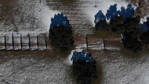 動画:米メキシコ国境が雪化粧 ドローン映像