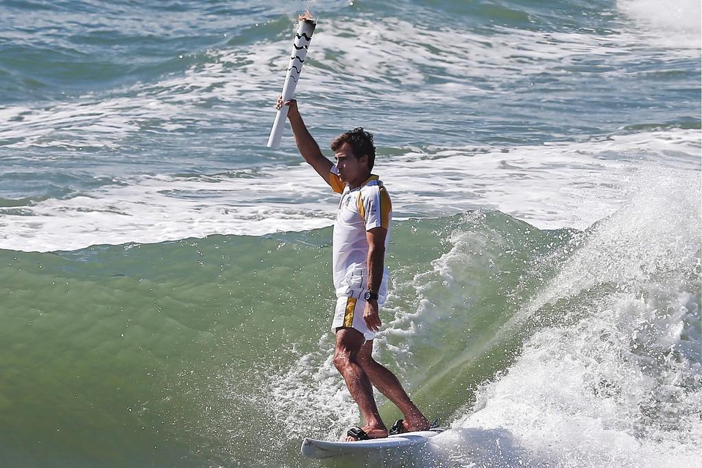 リオ五輪の聖火リレー、「聖火サーファー」が登場