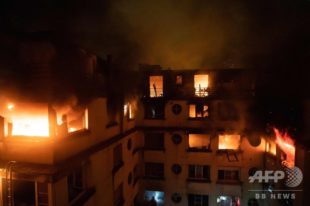 パリ高級住宅地でアパート火災、10人死亡 住民が放火か