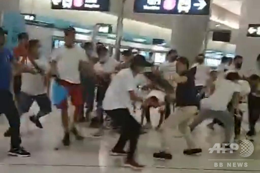 香港デモ参加者を白服集団が襲撃、45人負傷 三合会か、警察到着は1時間後