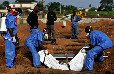 エボラ患者の遺体を路上に放置、埋葬作業員を解雇 シエラレオネ