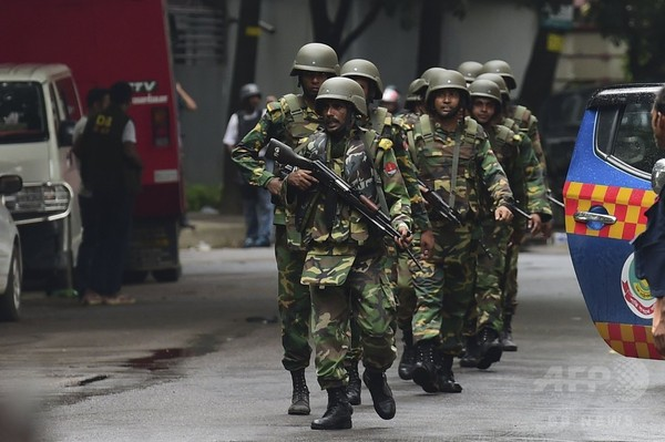 バングラ首都での飲食店襲撃、容疑者2人を逮捕