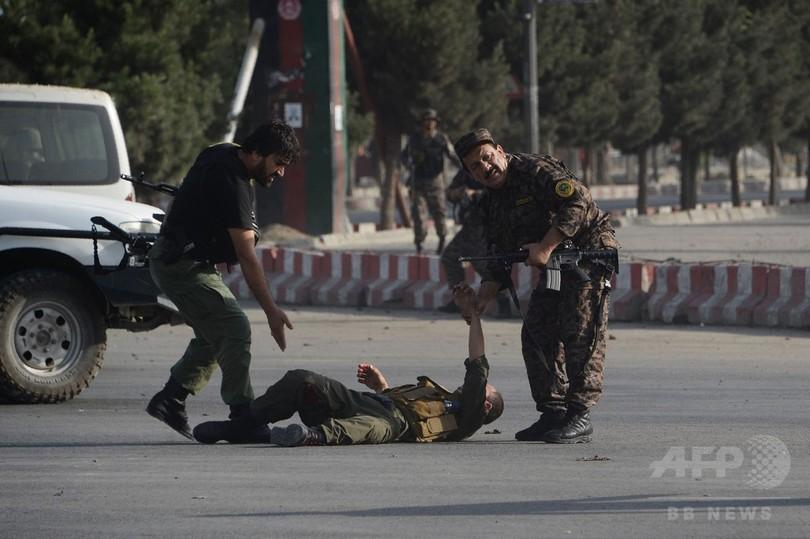 アフガン空港で自爆攻撃、死者23人に 副大統領の帰国狙う?