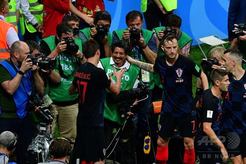 クロアチアの歓喜の渦でAFPカメラマンがもみくちゃに…! W杯