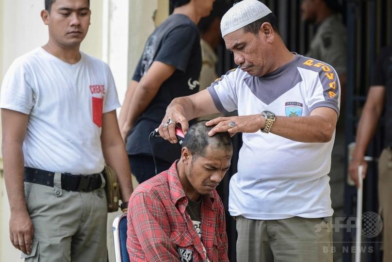 パンクロックは取り締まり対象、愛好者を丸刈りに インドネシア