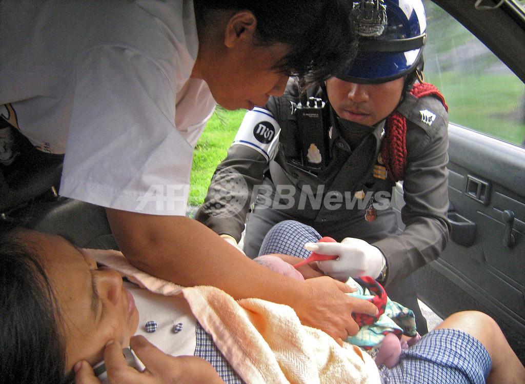 タイの交通警察官、助産に奮闘