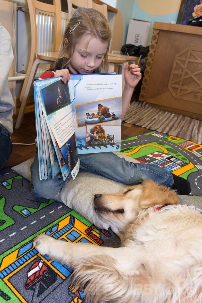 「犬への読み聞かせ」で子どもの自信向上、エストニア