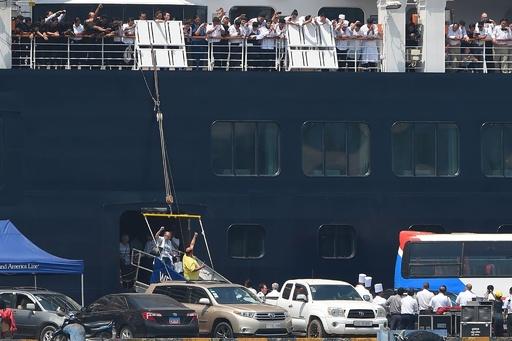 カンボジア入港のクルーズ船、足止めの乗客らの感染なし 喜びの下船