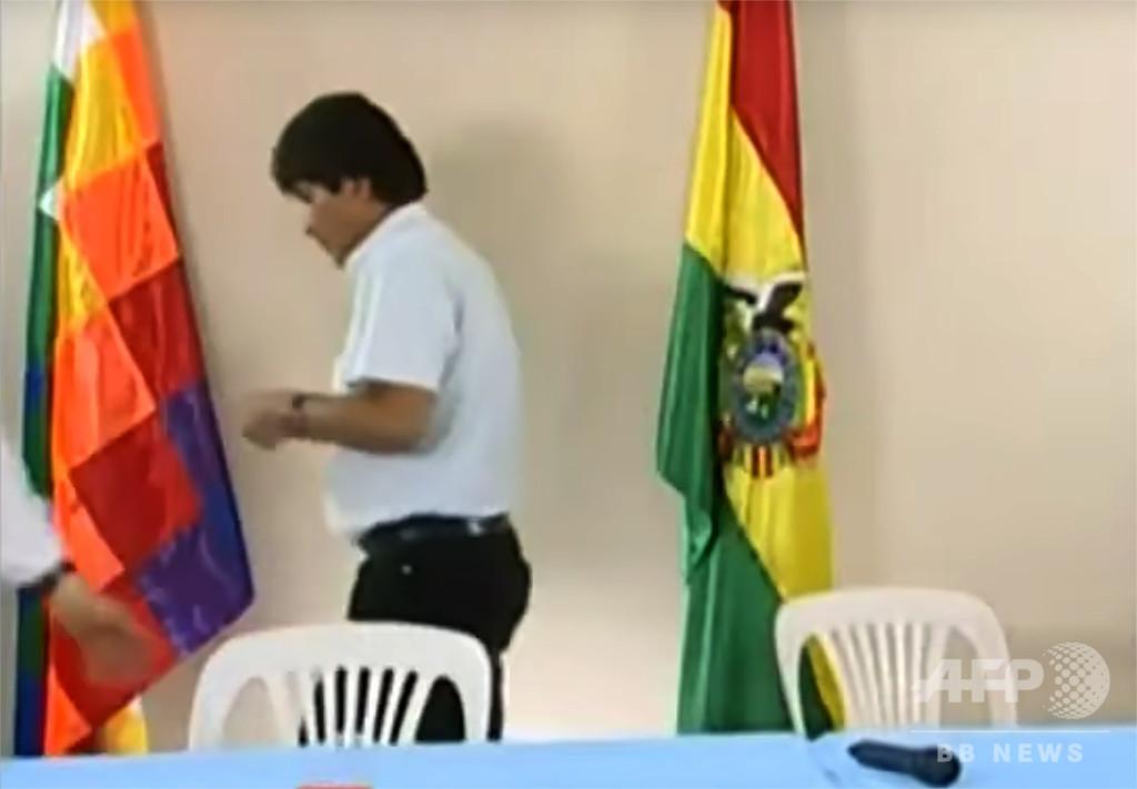 辞任のボリビア大統領、自らに「逮捕状」とツイッターに投稿 警察長官は否定