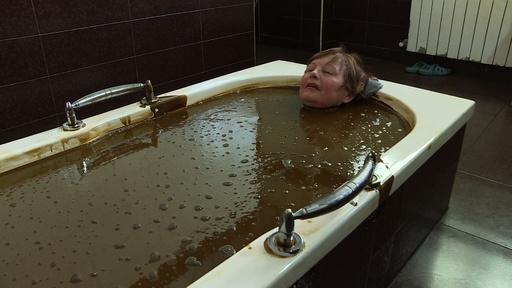 動画:原油風呂で療養、「とても気持ちいい」 アゼルバイジャン