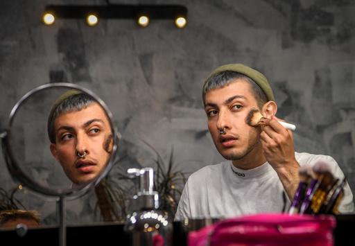 ロシアの男性美容ブロガー、保守的社会の性規範に挑戦