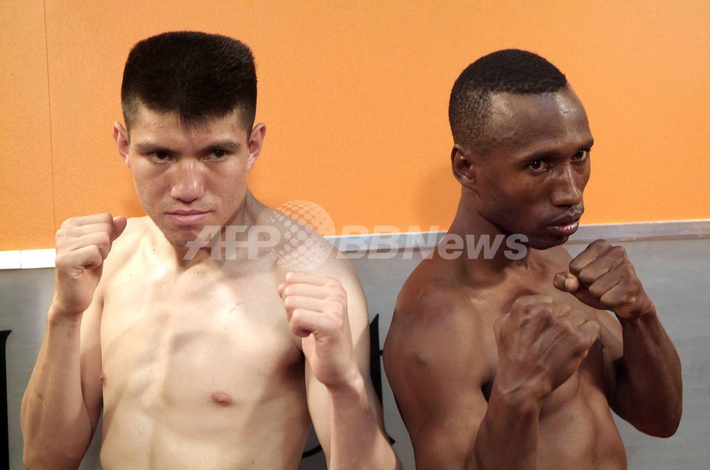 <ボクシング>前日計量を行うSolisとHomero - ドミニカ共和国
