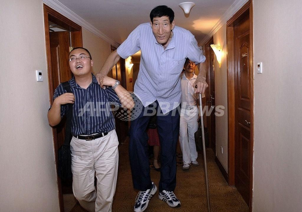 中国の鮑喜順さん、再び身長世界一に