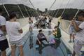 世界最長のガラス橋、開通から2週間たたずに閉鎖 中国