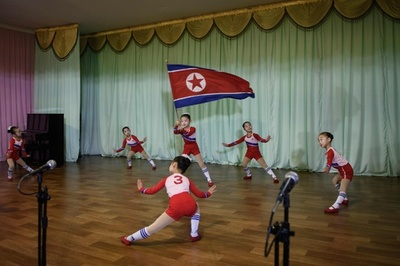 幼稚園から教え込まれる個人崇拝、園児が歌う指導者賛歌 北朝鮮