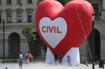 不法移民助けたNGOは処罰 ハンガリーで法案可決