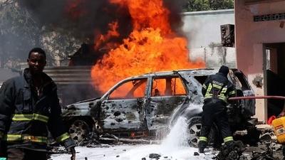 動画:ソマリア政府機関近くで車爆発、7人死傷