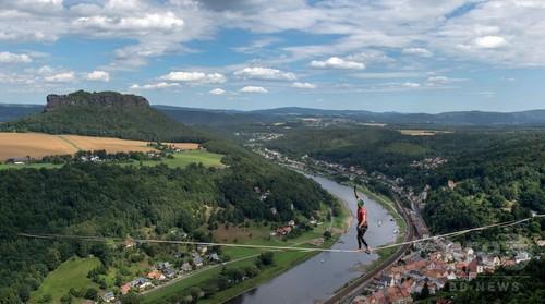 エルベ川上空でハラハラ綱渡り、ドイツでスポーツイベント