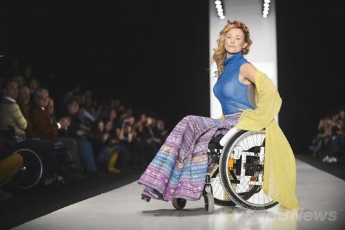 <14/15年秋冬モスクワ・ファッション・ウィーク>身体障害者のためのファッションショー開催