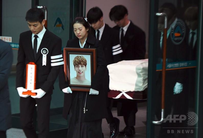 SHINeeジョンヒョンさん、Kポップスターやファンに見送られ出棺