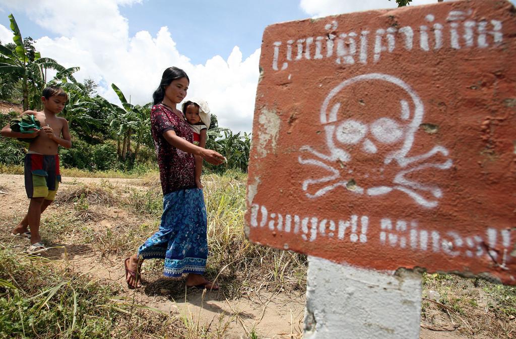 おので割ろうとした不発弾が爆発、少年2人死亡 カンボジア