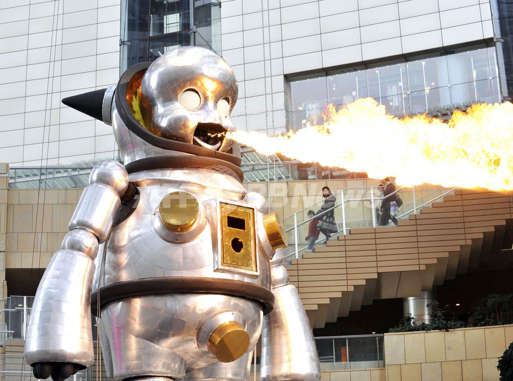 炎を吹くロボット「ジャイアント・トらやん」、六本木