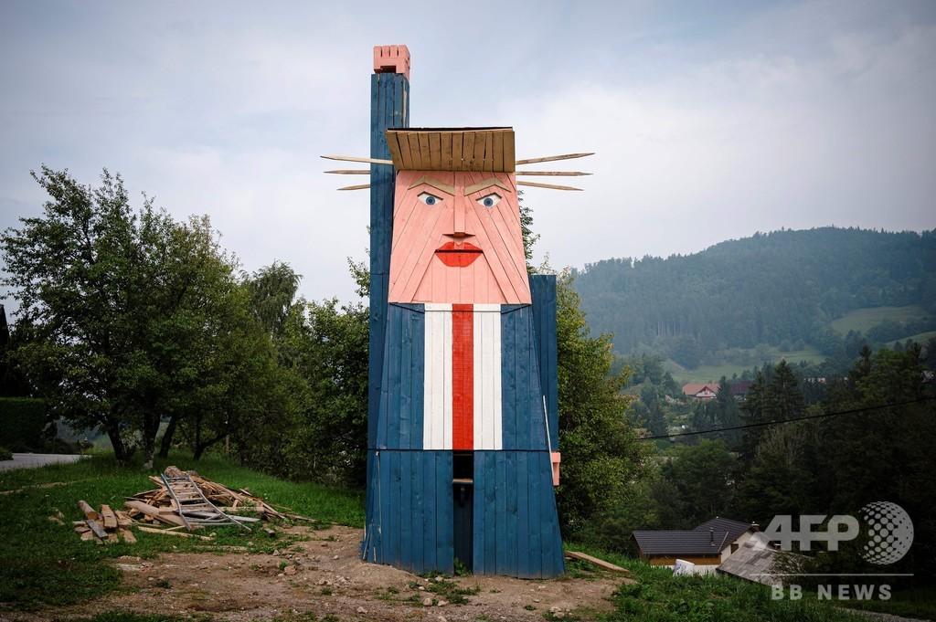 トランプ像が炎上・焼失、過去にはヒトラーひげの落書きも スロベニア