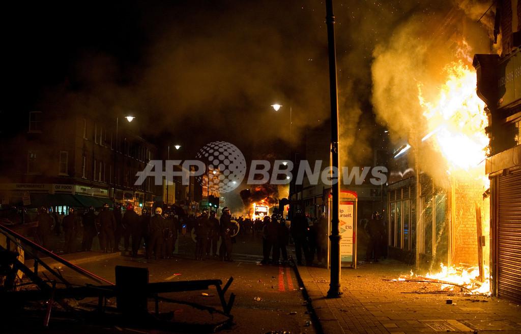 警官による男性射殺、ロンドン北部で暴動に 放火や略奪も