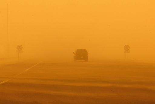 砂嵐で黄土色に染まるクウェート市