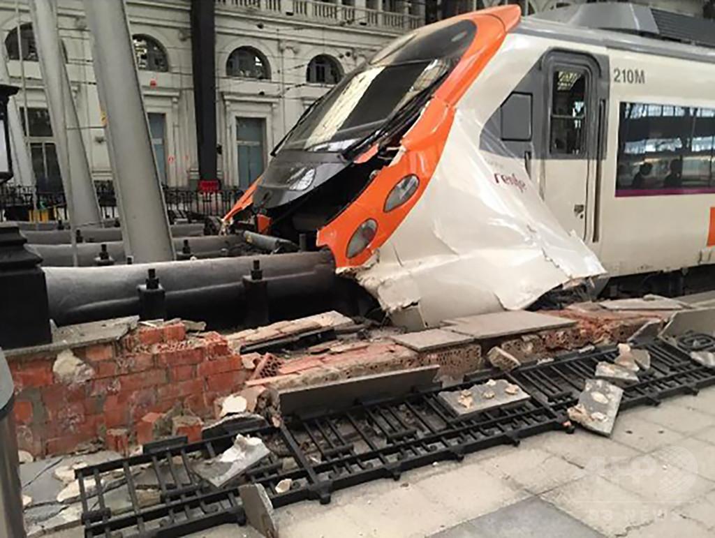 バルセロナ中心部の駅で列車事故、54人負傷 スペイン