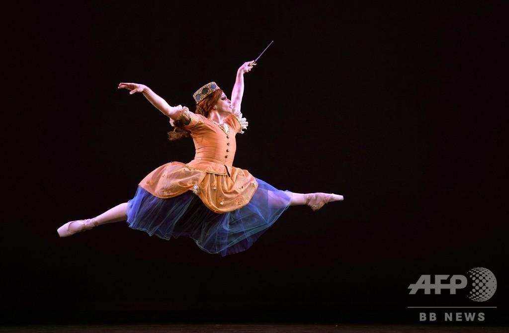 華麗に舞うバレリーナ? 男性だけのバレエ団 米NY