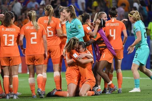オランダが初の女子W杯決勝進出、元柔道家のMFが決勝ゴール