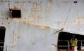 アスベスト汚染の仏退役空母クレマンソー、解体のため英国に到着