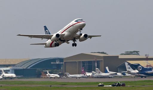 ロシア旅客機、インドネシアで消息絶つ デモ飛行中