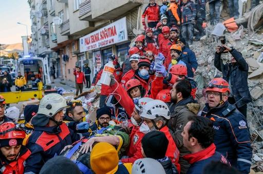 トルコ東部地震、死者31人に 救出活動は時間との闘い