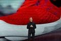 ナイキ、自動で靴ひも結ぶシューズ発表 他にも革新的製品ずらり