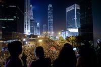 香港でデモ隊と警官隊が衝突、学生団体は再び対話の姿勢示す