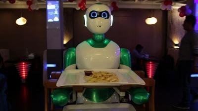 動画:ロボットウエーターが「召し上がれ」 ネパールに初登場