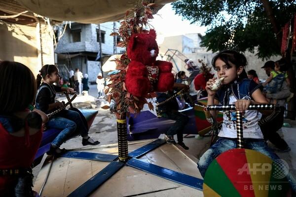 ロケット弾のブランコで遊ぶ子どもたち シリア反体制派の町