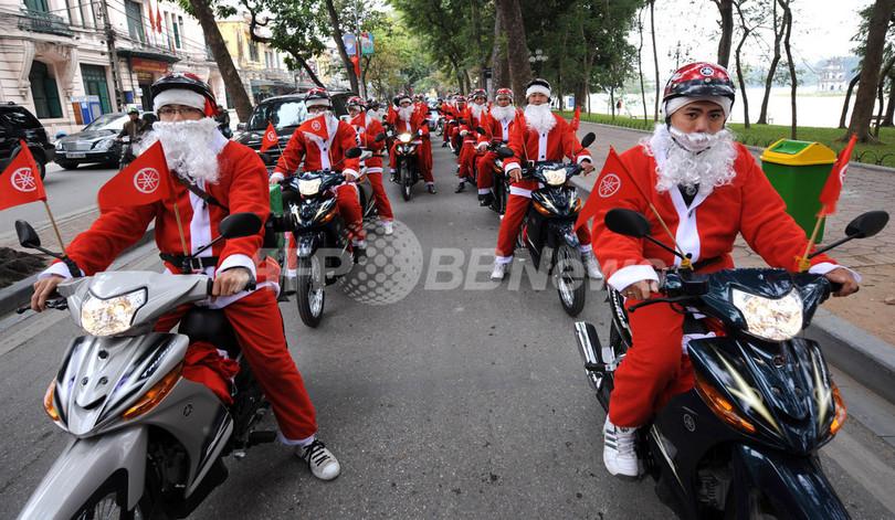 ハノイを疾走するバイク・サンタたち ベトナム
