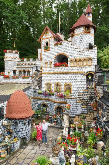 自宅裏庭にお城、ドイツの夫婦が37年かけ完成