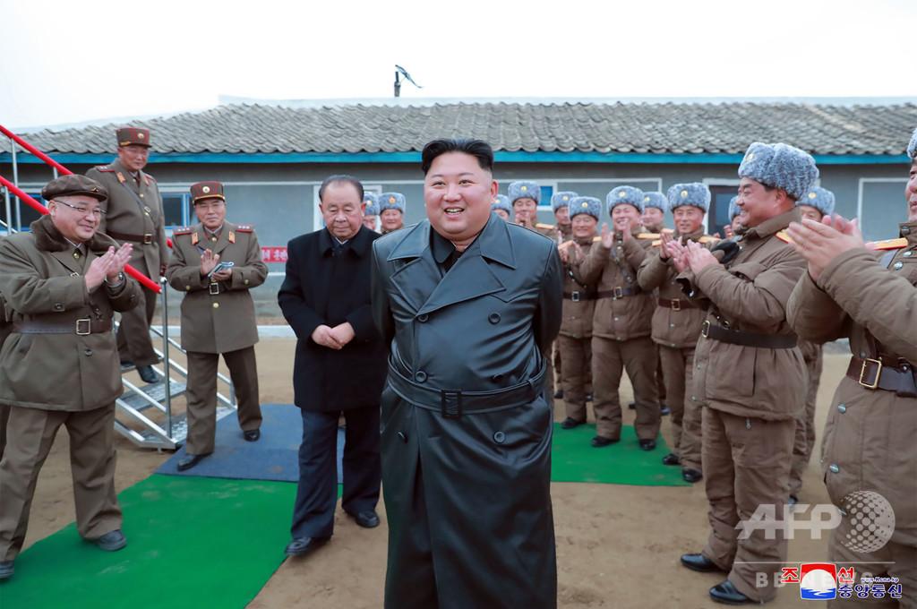 トレンチコートとロケット砲、試射視察の正恩氏「大満足」 北メディア