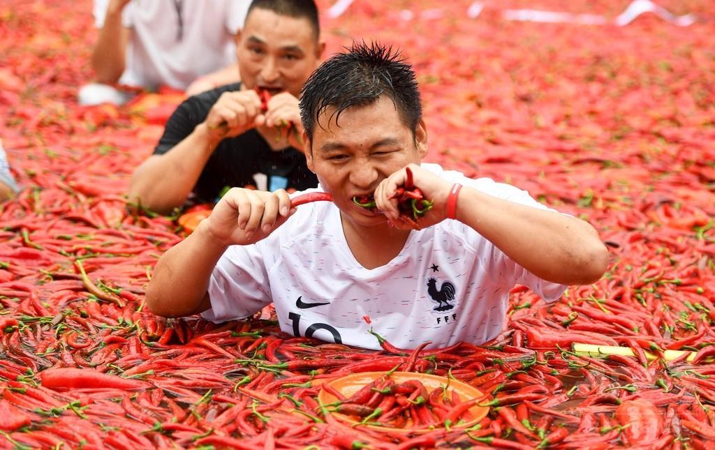 中国で唐辛子の大食い選手権 1分で50個の猛者も