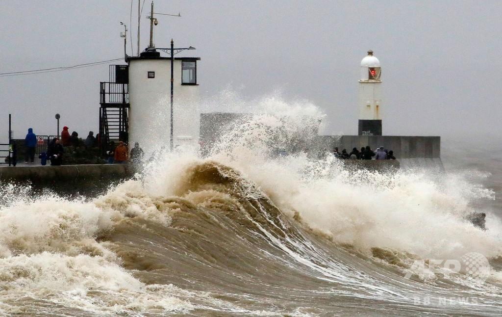 暴風雨「デニス」が英国直撃、軍出動