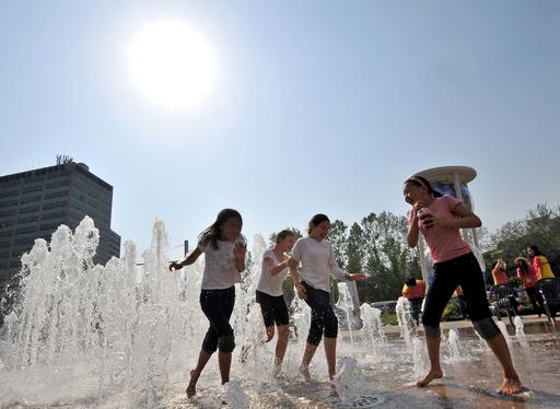 夏日のソウル、噴水で涼む女の子たち