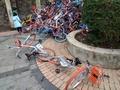 利用者が乗り捨て シェアリング用の自転車が「山積み」に、中国