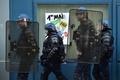 仏メーデー行進で暴動、警官6人負傷 大統領選投票、週末に控え