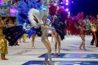 パラグアイでカーニバル、ダンサーの華やかなパフォーマンス